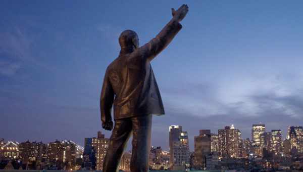 С крыши жилого нью-йоркского жилого комплекса под названием «Красная площадь» демонтирована пятиметровая статуя Владимира Ильича Ленина работы советсткого скульптора Юрия Герасимова