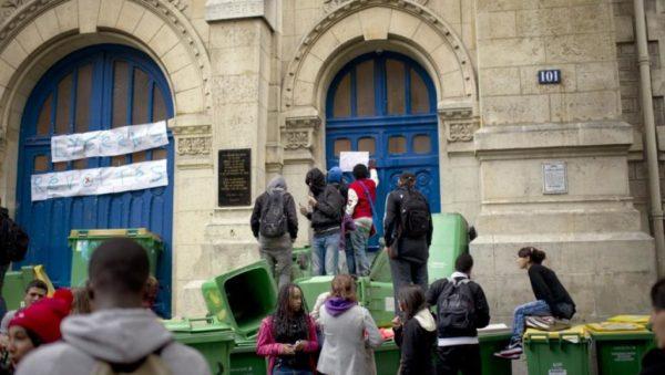 Перед входом в лицей школьники построили заграждение из мусорных баков, на которых написано «Подожги свой лицей» и «Закрыто».
