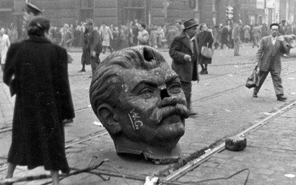 Досталось не только живым, но и мёртвым. Бронзовому Сталину отпилили голову. Кстати, этот памятник считался «подарком венгерского народа к семидесятилетию вождя»