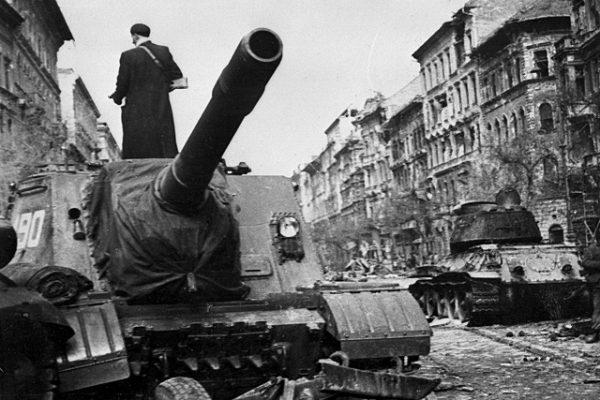 Потеряв 12 танков, советские войска взяли «Пассаж Корвина»