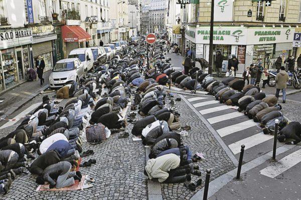 В базе данных французских спецслужб числится около 15 тысяч приверженцев радикального ислама. При этом около четырёх тысяч из них представляют собой «высокую угрозу для национальной безопасности»