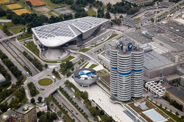 В Мюнхене частности находятся штаб-квартиры многих всемирно известных ТНК, включая BMW (на заводах которого заняты почти 35 тысяч человек), Siemens, Allianz, Linde и т. д. / Музей BMW в Мюнхене