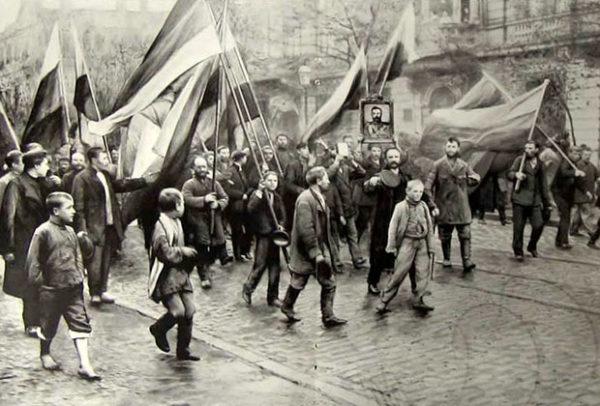 Монархисты несут флаги по улицам Одессы, 1905 год