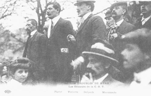 Эмиль Пуже (первый справа) на митинге (1914 год)