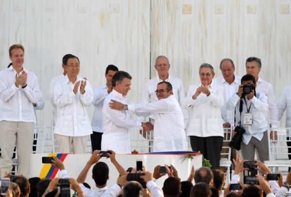 Президент Колумбии Хуан Мануэль Сантос и глава FARC-EP Родриго Лондоньо Эчеверри по прозвищу Тимошенко после подписания договора