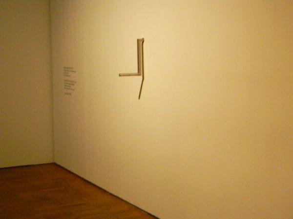 Абсолютная зависимость современного искусства от специфических механизмов, его обслуживающих, со всей очевидностью проявляется именно в его отношениях с музеями / Экспонат художественного музея Куму (Таллин)