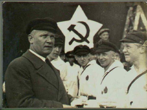 Имея боевой опыт, Эрнст Тельман руководил боевой организацией Коммунистической партии Германии «Рот фронт», командовал «пролетарскими сотнями»