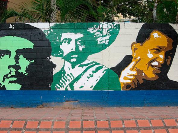 Концепция «социализма ХХI века» в какой-то степени стала «переводом» на современный язык теории социализма в классическом варианте / Стена в Венесуэле. Портреты Че Гевары, Сапаты, Чавеса