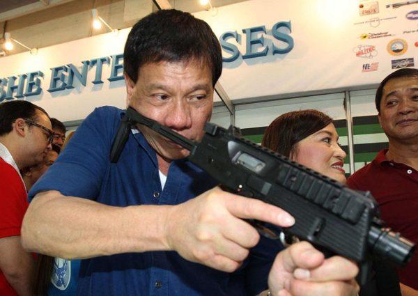 «Если вы нечисты на руку, я привезу вас на вертолёте в Манилу и выкину из него», - пригрозил чиновникам экстравагантный президент Филиппин Родриго Дутерте