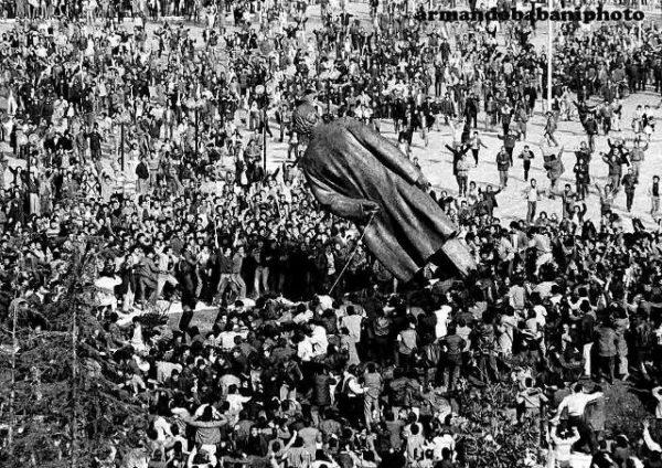 20 февраля 1991 года демонстранты собрались на площади Скандербега в Тиране. Полиция и партийные ходжаисты попытались им препятствовать, возникли столкновения