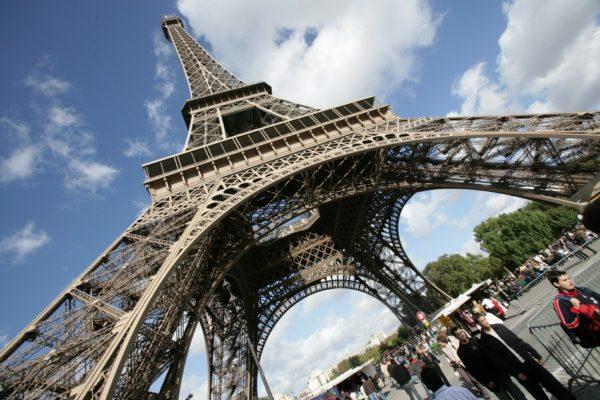 Эйфелева башня была закрыта 13 декабря для туристов из-за забастовки её сотрудников, выдвинувших требования по улучшению условий труда и повышению заработной платы