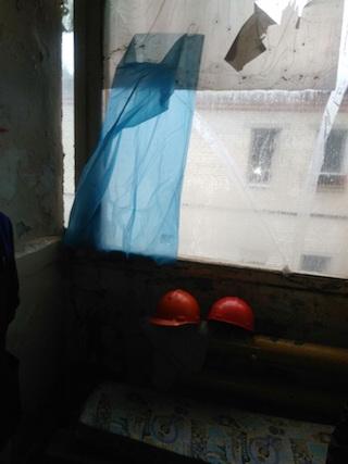 Работницы жалуются на то, что проходит в обшарпанной комнате с бетонным полом и разбитым окном, которое выходит на окна, где дежурят мужчины.
