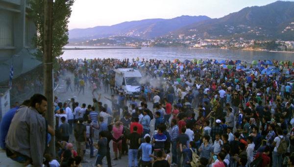на Косе и Хиосе мигранты нападают на местных жителей, устраивают бунты и поджигают лагеря