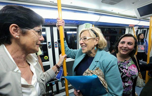 Мануэла Кармена уделяет большое внимание созданию в Мадриде комфортной городской среды и повышению транспортной мобильности населения за счёт развития экологического общественного транспорта и развития сети велодорожек / На фото: мэр Мадрида (в центре) в метро